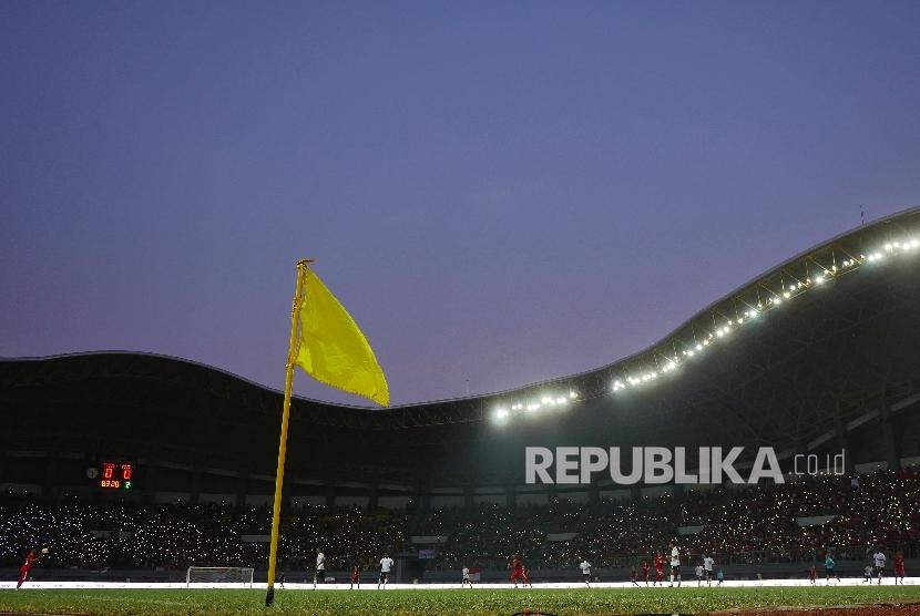 Suasana pertandingan timnas Indonesia saat laga persahabatan melawan Fiji di Stadion Patriot Candrabaga, Bekasi, Sabtu (2/9).
