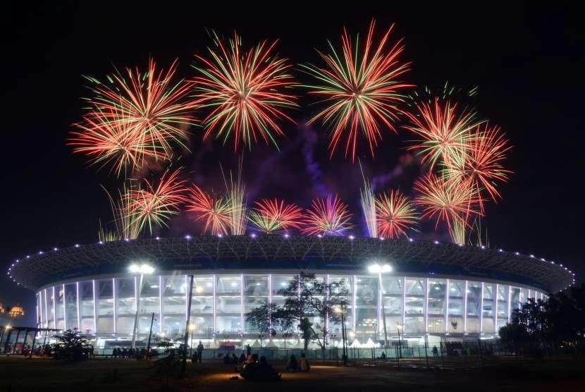 Suasana pesta kembang api saat upacara penutupan Asian Games 2018 di Stadion Utama Gelora Bung Karno, Jakarta, Ahad (2/9).