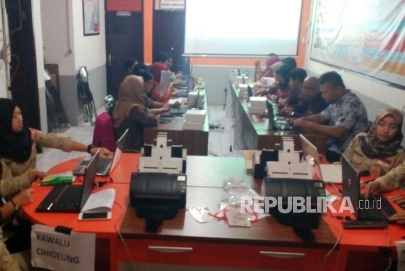Suasana petugas KPU Kota Tasikmalaya tengah melaksanakan pendataan sistem informasi perhitungan suara untuk Pilgub Jabar 2018, Rabu (27/6).