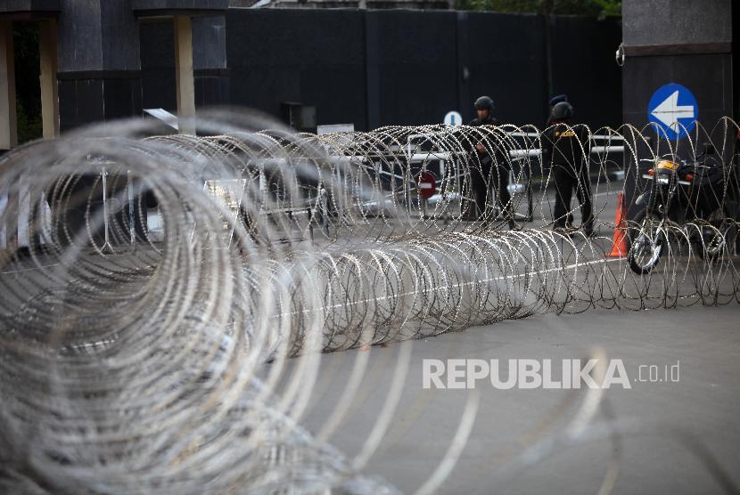 Suasana petugas yang berjaga didepan Pintu Gerbang Mako Brimob Kelapa Dua yang dilapisi kawat, Depok, Jawa Barat, Rabu (9/5).