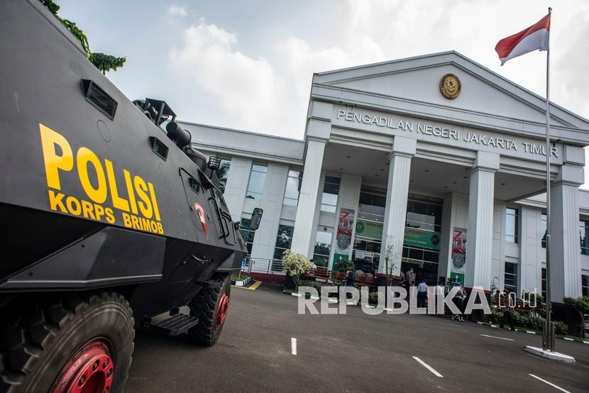 Suasana PN Jakarta Timur saat berlangsungnya sidang lanjutan kasus pelanggaran protokol kesehatan dengan terdakwa Habib Rizieq Shihab secara tatap muka dan virtual di Pengadilan Negeri (PN) Jakarta Timur, Jakarta, Senin (19/4/2021). Sidang tersebut beragendakan pemeriksaan saksi yang dihadirkan Jaksa Penuntut Umum (JPU).