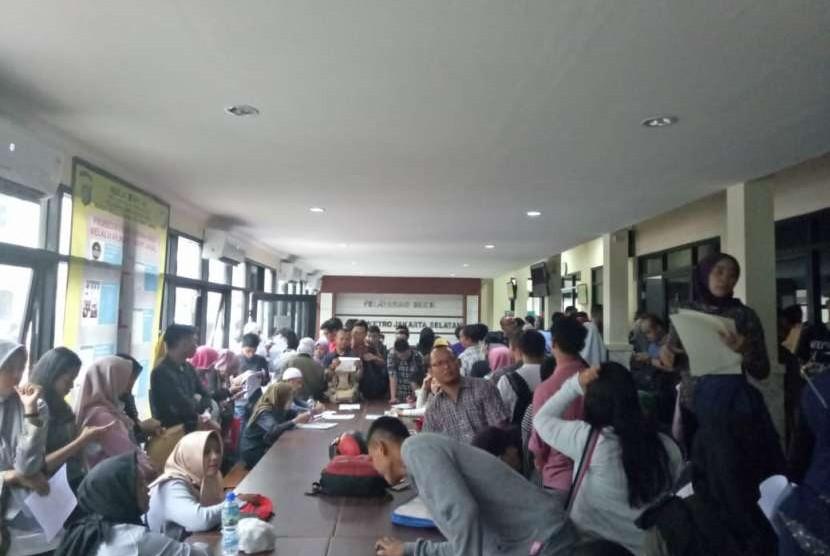 Suasana Polres Metro Jakarta Selatan dipenuhi oleh masyarakat yang ingin mengurus SKCK untuk keperluan pendaftaran CPNS, Rabu (19/9).