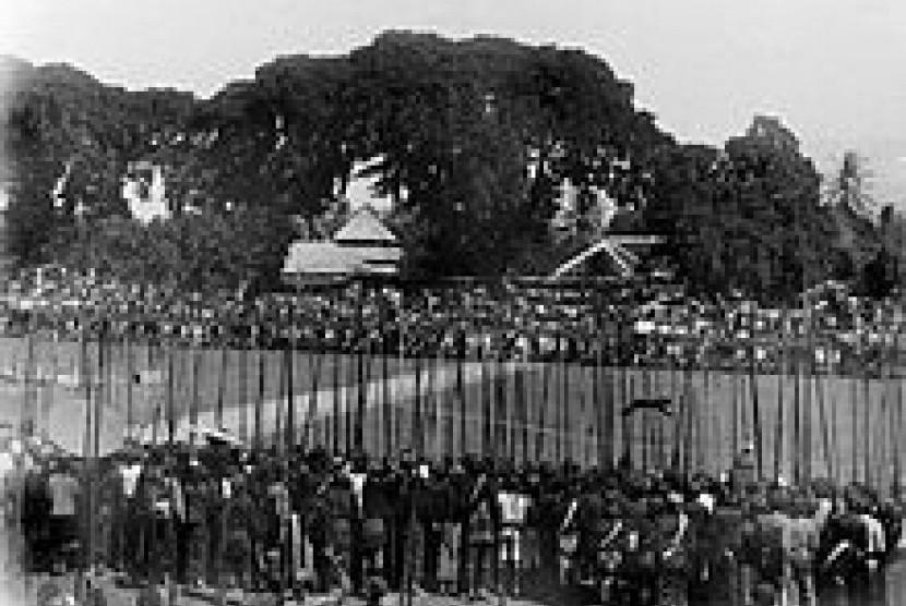 Suasana Rampogan Macan di alun-alun pusat kekuasaan Jawa tahun 1900-an.