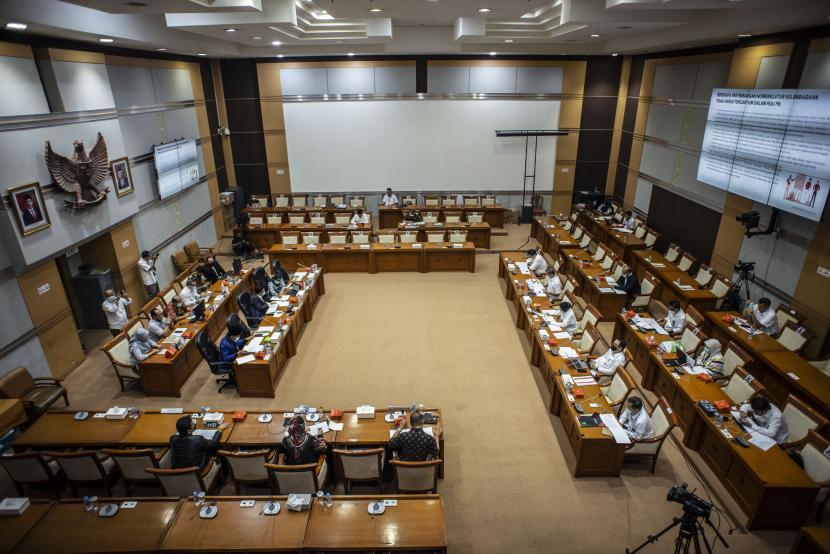 Menteri Sosial Tri Rismaharini mengikuti rapat kerja dengan Komisi VIII DPR di Kompleks Parlemen, Senayan, Jakarta, Senin (17/5/2021). Rapat kerja tersebut membahas pengaturan kelembagaan dan anggaran dalam DIM RUU PB.