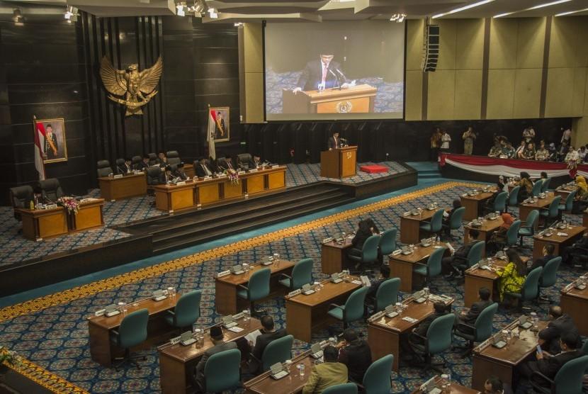 Suasana Rapat Paripurna yang dipimpin oleh Ketua DPRD DKI Jakarta Prasetio Edi Marsudi dan dihadiri Gubernur DKI Jakarta Anies Baswedan dan Wakil Gubernur Sandiaga Uno di Gedung DPRD DKI Jakarta, Rabu (15/11).