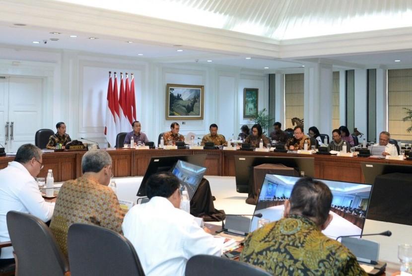Suasana rapat terbatas di Istana Kepresidenan Jakarta, Senin (16/4). Rapat ini membahas penyediaan perumahan bagi ASN.
