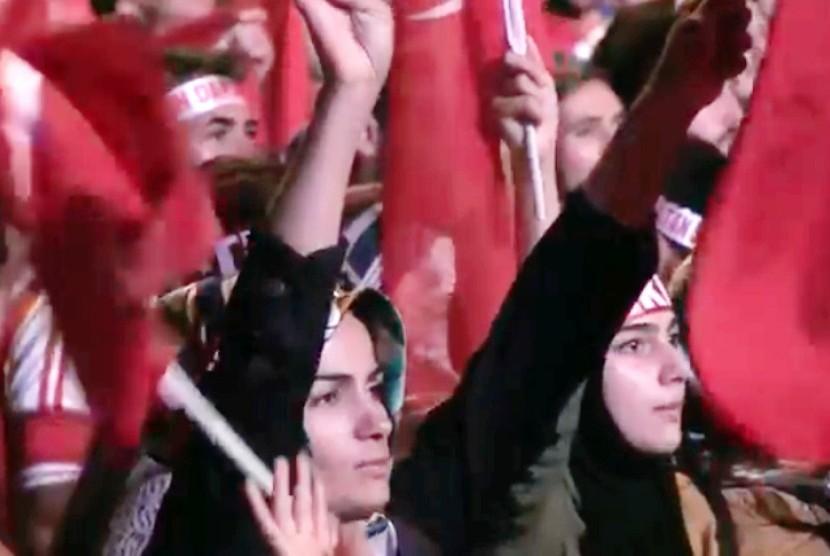 Suasana rapat umum ntuk mendukung demokrasi dan mengutuk upaya kudeta berdarah 15 Juli lalu di Turki