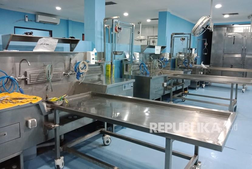 Suasana Ruang Instalasi Forensik Posmortem Rumah Sakit (RS) Polri, Jakarta, Jumat (2/11),