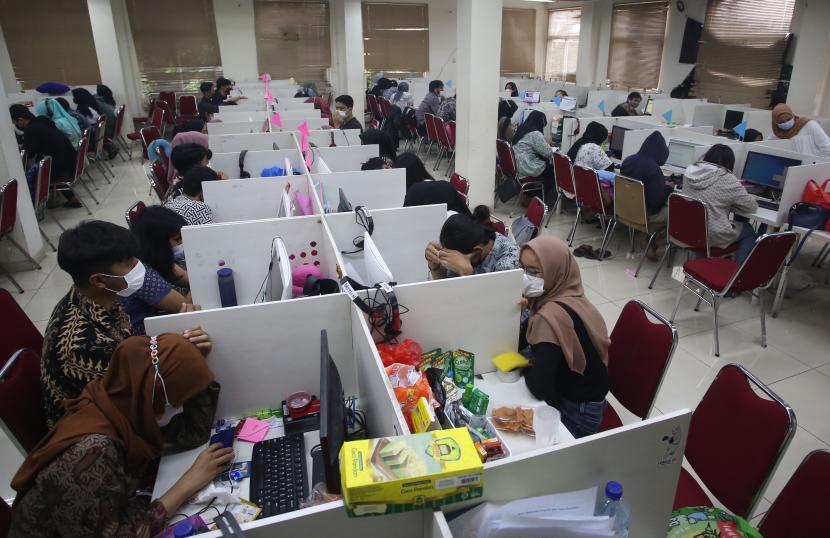 Suasana ruang kerja jasa Pinjol usai penggerebekan (ilustrasi)