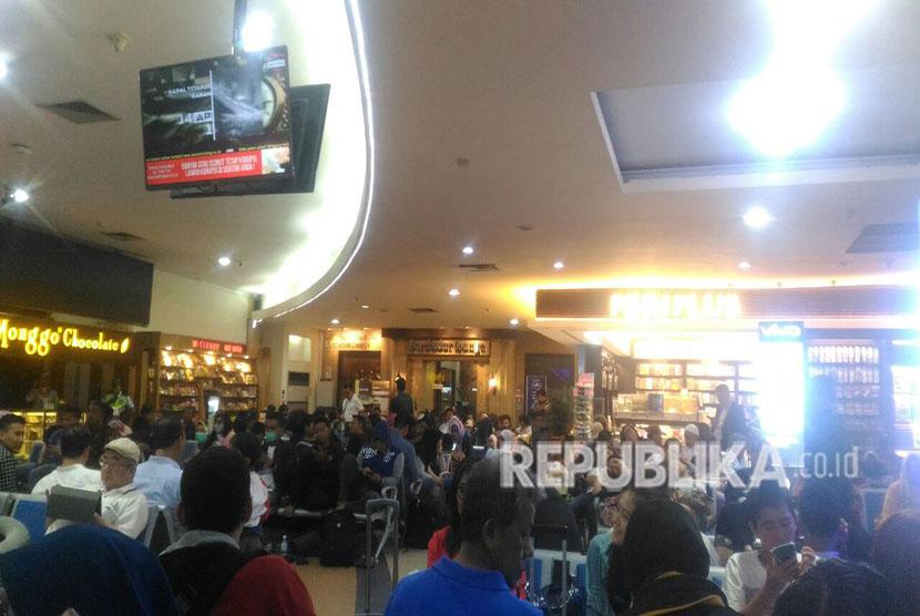 Suasana ruang tunggu Bandara Adisucipto, Yogyakarta saat 10 penerbangan ditunda keberangkatannya, Rabu (2/5).