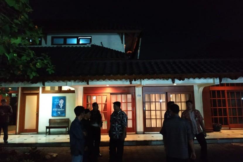 Suasana rumah duka almarhum BJ Habibie di Patra Kuningan XIII, Setiabudi, Jakarta Selatan, Rabu (11/6) malam. Persiapan untuk persemayaman jenazah Presiden ke-3 RI tersebut mulai dilakukan.