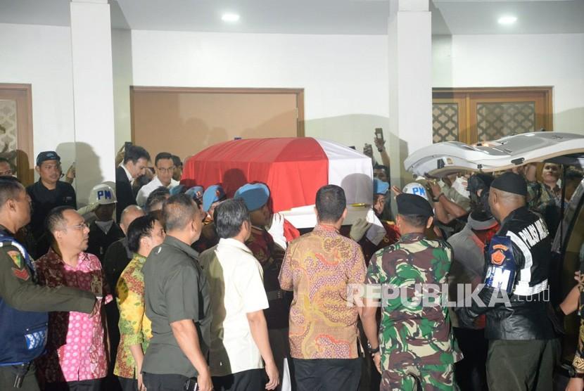 Suasana rumah jenazah RSPAD ketika jenazah BJ Habibie di berangkatkan ke rumah duka,Jakarta,Rabu (11/9).