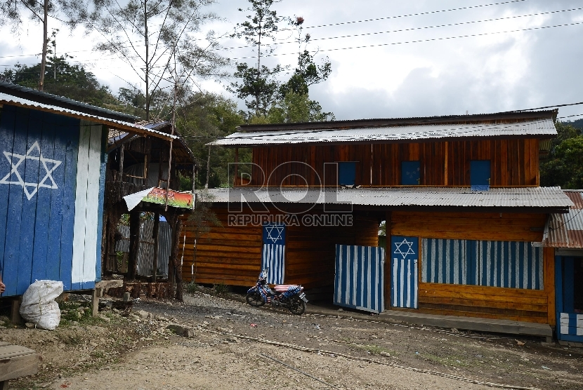 Suasana rumah yang berlambangkan Logo Israel atau Bintang Daud di Daerah Tolikara, Papua, Kamis (23/7).