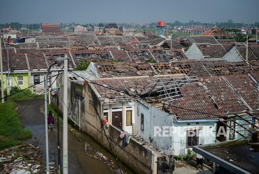 Suasana rumah yang rusak akibat angin puting beliung di Perumahan Rancaekek Permai 2, Kabupaten Bandung, Jawa Barat, Sabtu (12/1/2019).