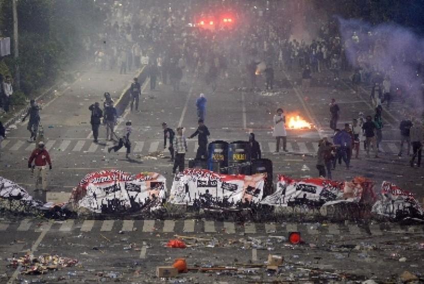 Suasana saat terjadinya bentrokan di depan gedung Bawaslu, Jakarta, Rabu (22/5) malam. Aksi tersebut berlangsung ricuh.
