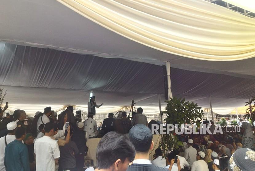 Suasana saat Ustaz Abdul Somad melakukan Safari Dakwah di Masjid Nurul Ikhlas Yayasan Annajiyah, Tangerang Selatan, Kamis (28/12).