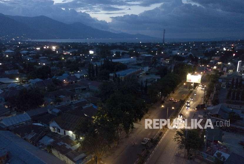 Suasana salah satu kawasan kota yang telah dialiri listrik pascagempa dan tsunami di Palu, Sulawesi Tengah, Rabu (10/10).