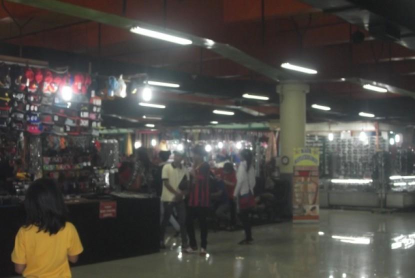 Suasana salah satu pusat perbelanjaan di Jakarta.
