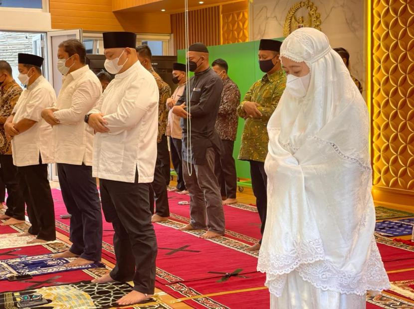 Suasana Salat Idul Fitri di rumah dinas Ketua DPR RI Puan Maharani, Jalan Denpasar Raya, Kuningan, Jakarta, Kamis (13/5).