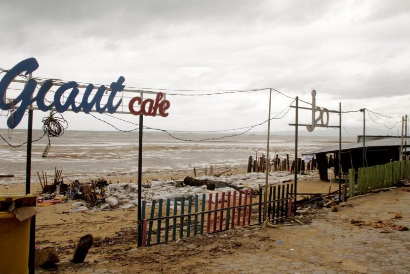 Suasana sejumlah kafe berwarna di pinggir pantai Oesapa yang rusak akibat diterjang gelombang tinggi di pesisir pantai Kota Kupang, NTT, Jumat (25/1/2019). Gelombang tinggi yang terjadi Rabu sejak Rabu (23/1) sampai saat ini telah menghancurkan sejumlah lokasi wisata di kota itu seperti dermaga tempat wisata kuliner serta sejumlah kafe berwarna.
