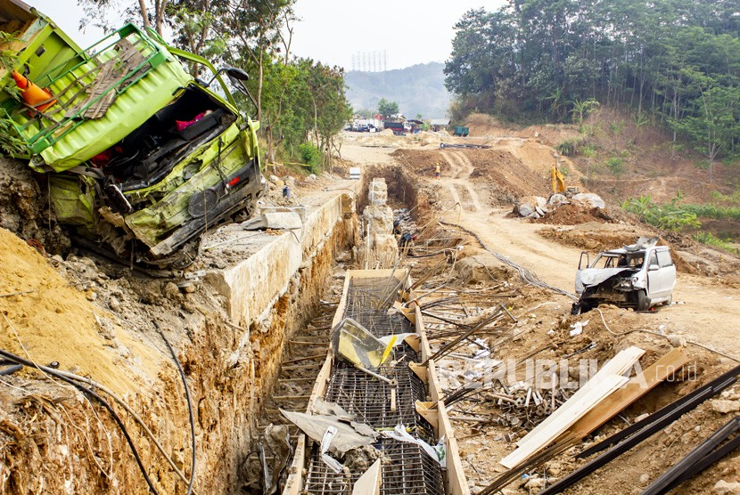 Cipularang road accident involving 21 vehicles