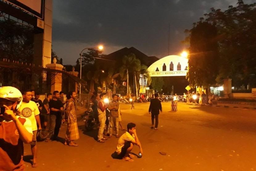 Suasana sekitar kampus UIN Sunan Kalijaga , Selasa (1/5) usai bentrok massa pendemo yang sebagaian besar mahasiswa dengan kepolisian.