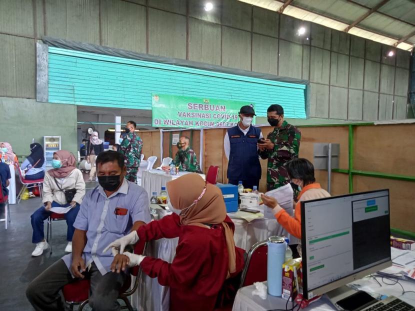 Suasana serbuan vaksinasi di Kodim 0607 Kota Sukabumi, Sabtu (17/7).