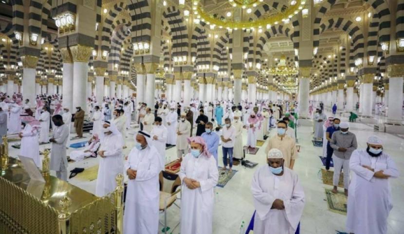 Tiga Keutamaan Masjid Nabawi. Foto: Suasana shalat berjamaah di Masjid Nabawi selama pandemi Corona.