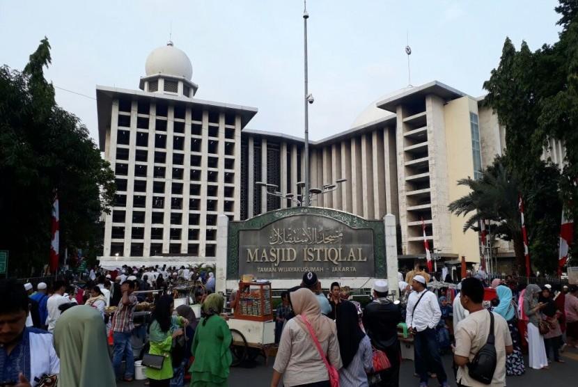 Suasana di Masjid Istiqlal (ilsutrasi)