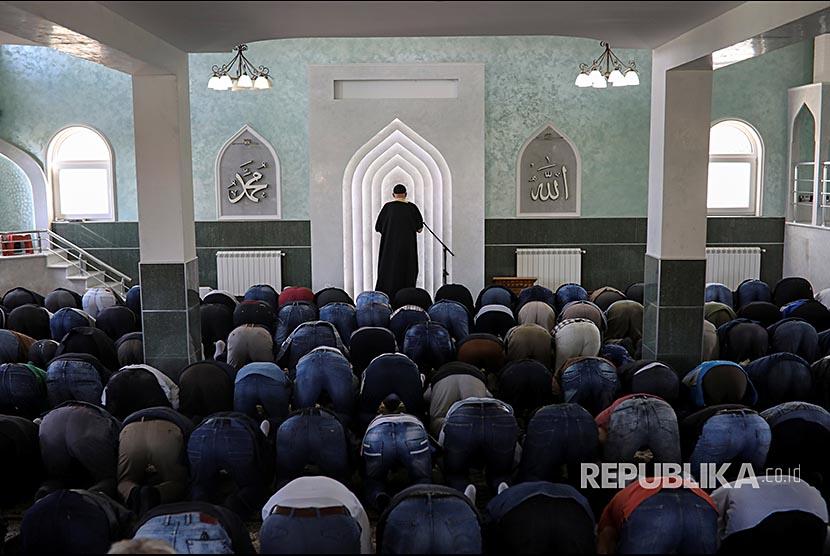 Suasana Shalat Jumat di sebuah masjid sementara di Distrik Borca, Beograd, Serbia. Populasi muslim di Serbia mencapai 230ribu setara 3,1 persen dari jumlah total penduduk Serbia.