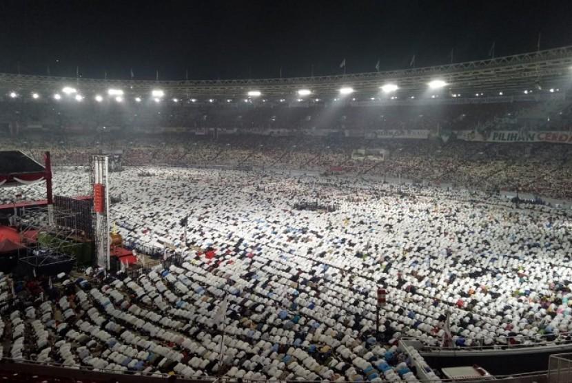 Suasana shalat Subuh berjamaah  di Stadion Utama Gelora Bung Karno (SUGBK) dalam rangka Kampanye Akbar pasangan calon Prabowo Subianto-Sandiaga Uno, Jakarta Pusat, Ahad (7/4).