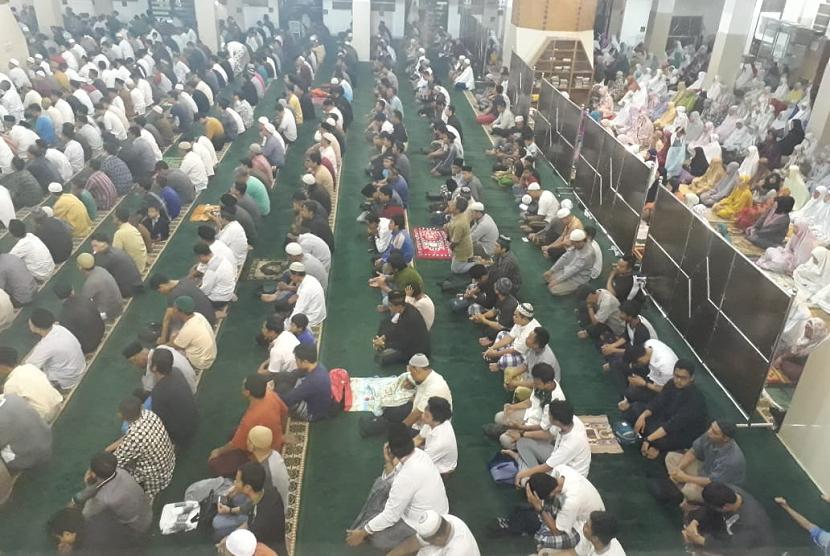 Suasana shalat tarawih hari pertama di Masjid Agung Kota Tasikmalaya, Rabu (16/5) malam. Ratusan jamaah hadir termasuk Wali Kota Budi Budiman.