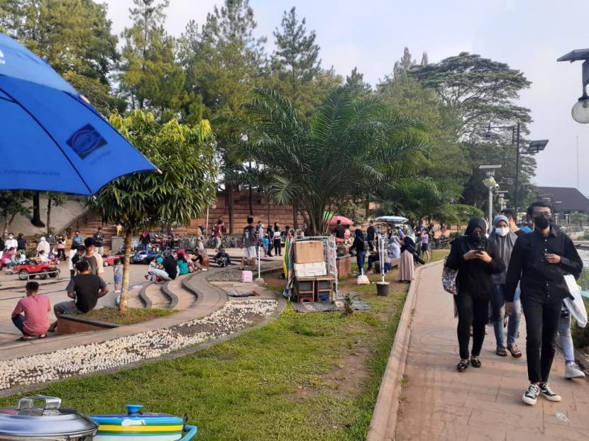 Suasana Taman Kota 2, Kecamatan Setu, Tangerang Selatan ramai dikunjungi warga.