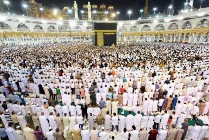 Suasana tarawih di akhir Ramadhan di Masjidil Haram.