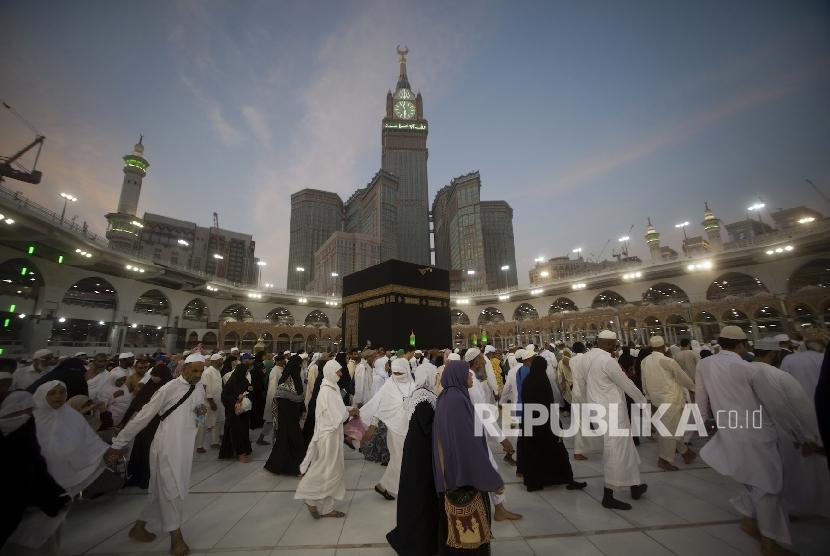 Suasana tawaf di Kabah, Masjid al-Haram, Makkah.