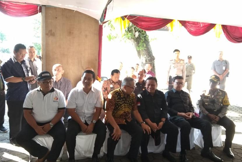 Suasana teleconference pemantauan Pilkada Serentak 2018 oleh Mendagri, Tjahjo Kumolo dan Ketua Bawaslu, Abhan, di Semarang, Rabu (27/6).