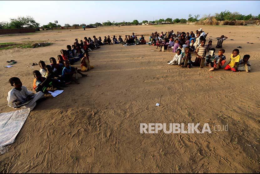 Suasana tempat belajar mengaji bagi anak-anak di selatan Kota Darfur, Sudan.