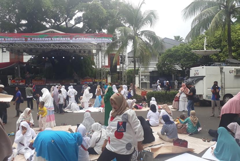 Suasana terkini di sekitar kediaman calon presiden (capres) nomor urut 02 Prabowo Subianto di Jalan Kertanegara 4, Kebayoran Baru, Jakarta, Jumat (19/4).
