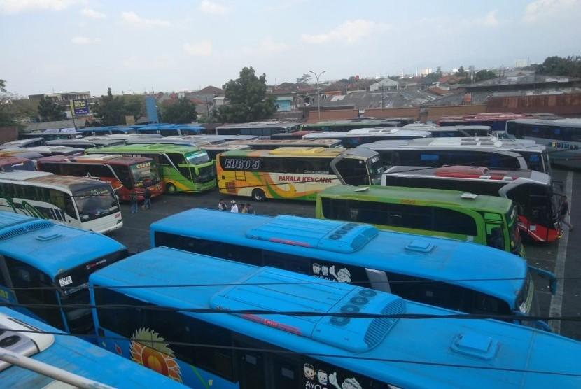 Suasana Terminal Cicaheum, Jalan Ahmad Yani, Bandung, Senin (11/6).
