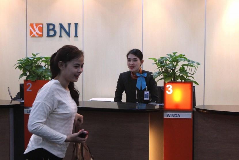 Suasana transaksi keuangan di Banking Hall, Bank BNI, Jakarta, Senin (7/7).