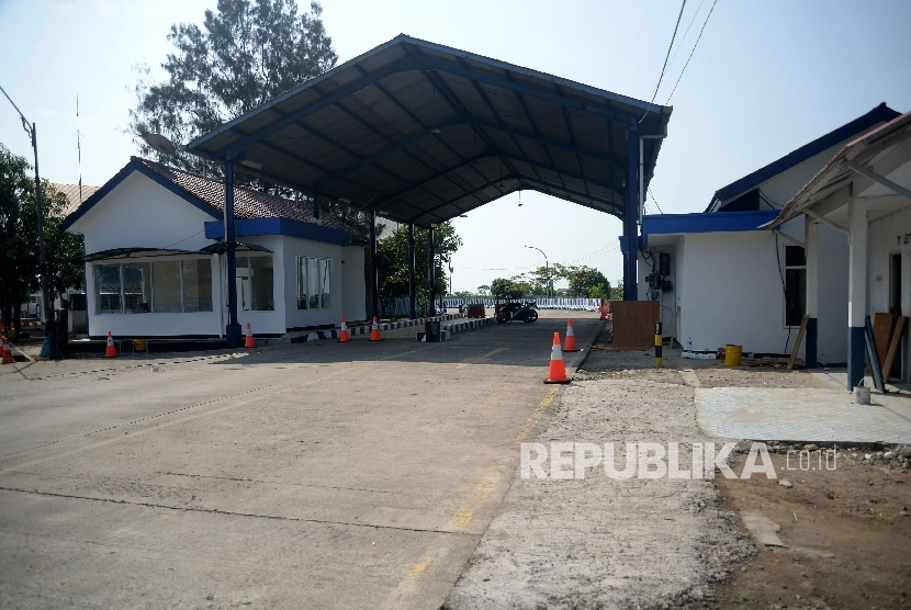 Suasana Unit Pelaksana Penimbangaan Kendaraan atau biasa disebut jembatan timbang Losarang,Kab Indramayu, Jawa Barat, Ahad (11/6).