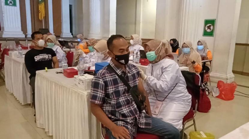 Suasana vaksinasi Covid-19 di Gedung Juang 45 Kota Sukabumi, Sabtu (10/7).