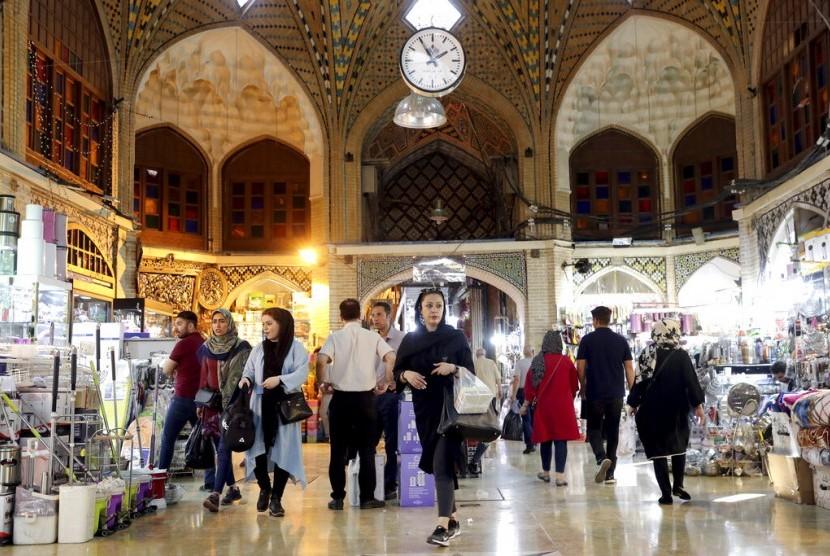 Suasana warga Iran berbelanja di pasar kuno di Teheran, Iran, Ahad (23/6). Depresiasi dan inflasi membuat harga-harga kebutuhan makin mahal.