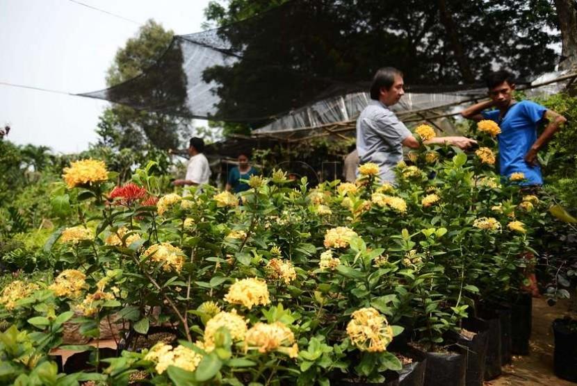 Suasana warga yang mengunjungi pameran Flora dan Fauna (Flona) 2014 yang digelar di Lapangan Banteng, Jakarta Pusat, Jumat (28/11). (Republika/Raisan Al Farisi)