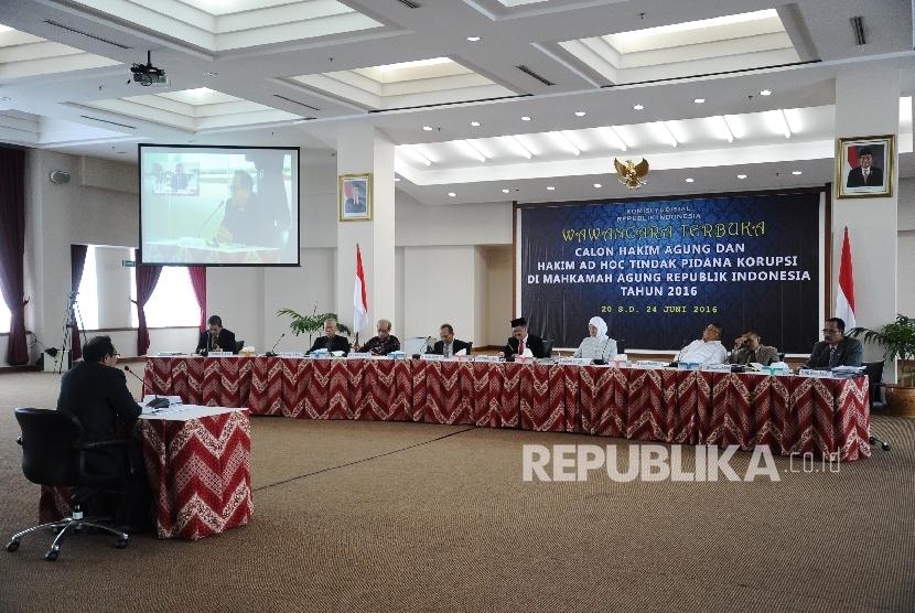 Suasana wawancara terbuka seleksi Calon Hakim Agung di Komisi Yudisial, Jakarta, Senin (20/6).