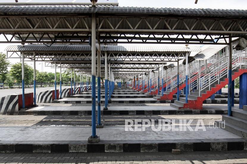 Suasana sepi di jalur keberangkatan bus Terminal Purabaya, Bungurasih, Kabupaten Sidoarjo, Jawa Timur, Kamis (6/5/2021).
