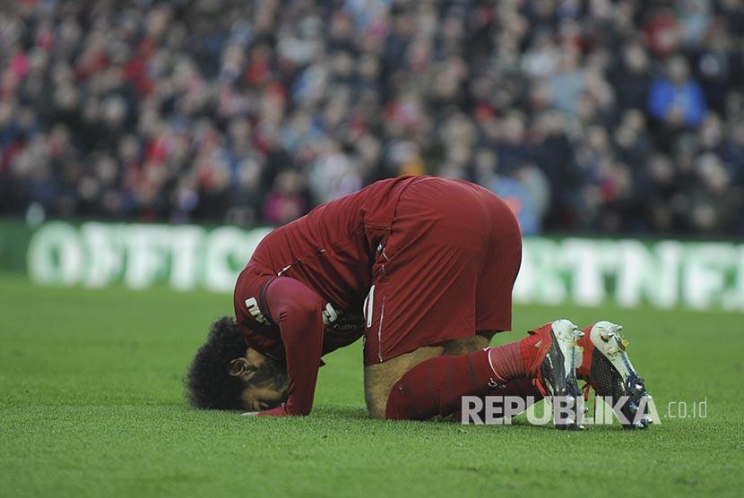 Sujud syukur Mohamed Salah pada pertandingan Liga Inggris antara Liverpool melawan Bournemouth di Anfield Stadium, Liverpool, Sabtu (10/2).