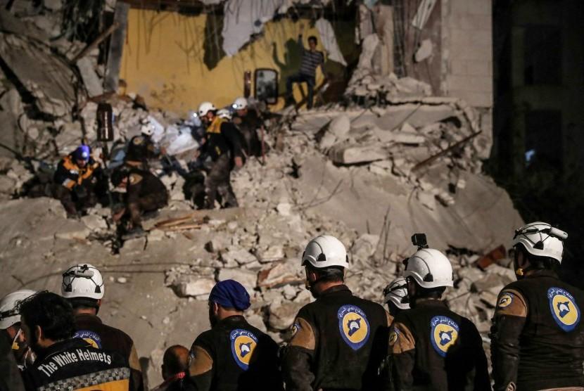 Sukarelawan White Helmets mencari korban setelah ledakan di Idlib, Suriah, April lalu.