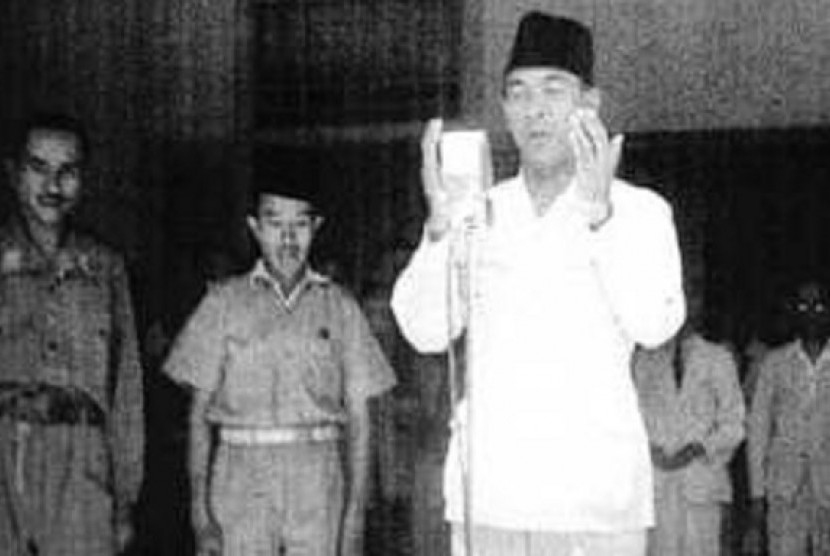 Sukarno berdoa setelah membacakan teks proklamasi sebagai tanda Indonesia sudah merdeka.