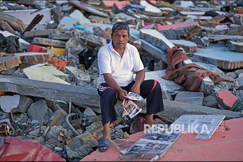 Presiden Jokowi meninjau lokasi bencana terdampak tsunami, Senin (24/12).